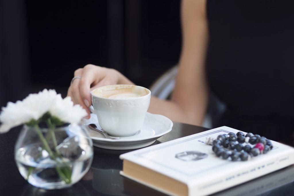 Фотосессия девушки в кафе